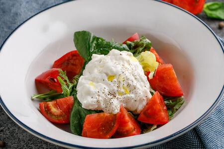 Салат с рукколой, томатами и страчателлой