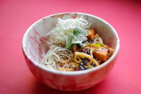 Лапша Чоу Мейн с тофу и древесными грибами