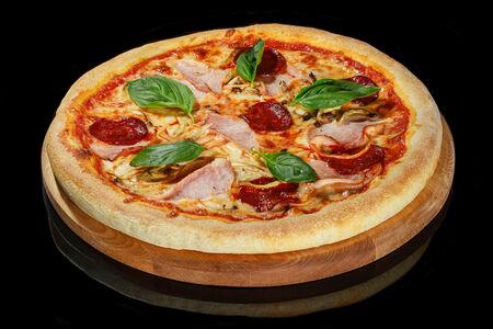 Пицца с ветчиной, пепперони и вешенками