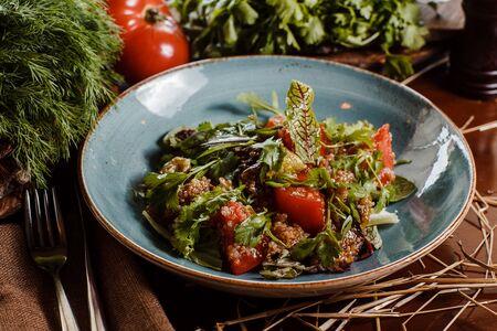 Салат с баклажанами томатами и киноа