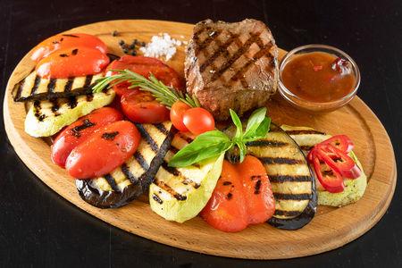 Стейк из говядины с овощами