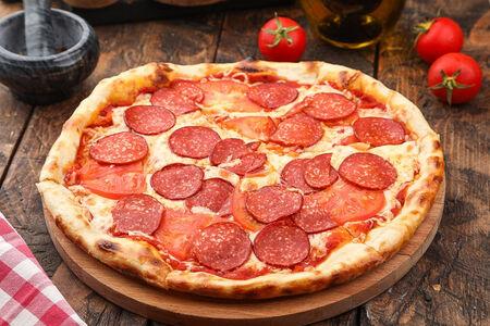 Пицца с салями и томатами