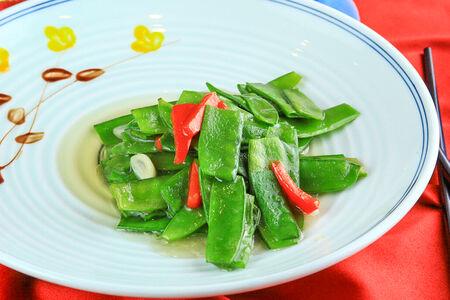 Жареный зеленый горошек с чесноком