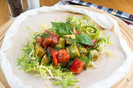 Салат Розовые помидоры с авокадо