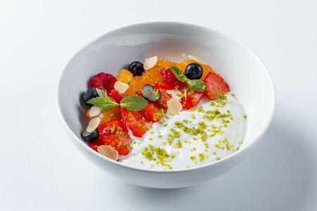 Йогурт с хурмой и ягодами