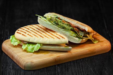 Сэндвич с курицей и соусом песто