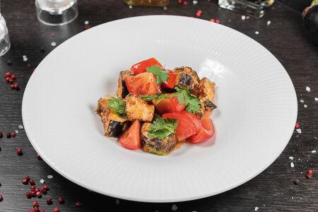 Салат из хрустящих баклажанов и свежих томатов с кинзой
