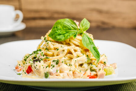 Спагетти Карбонара с индейкой и овощами