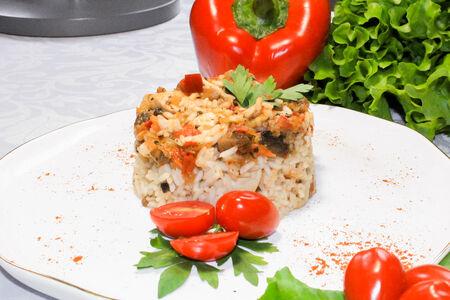 Куриная грудка с рисом и овощным соусом