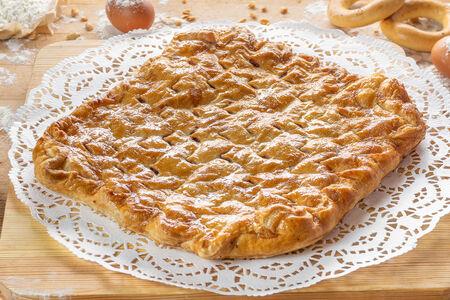 Пирог слоеный с клубникой