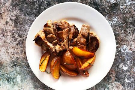 Свинина с картофельными дольками