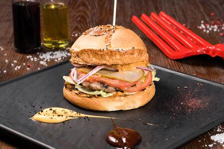 Бургер с котлетой из курицы Барбекю