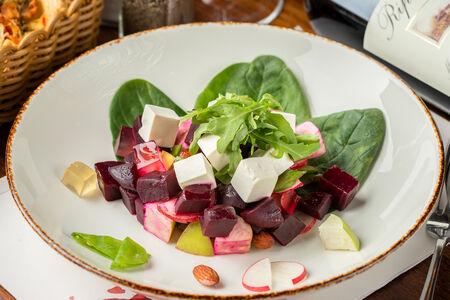 Салат со свёклой и сыром фета