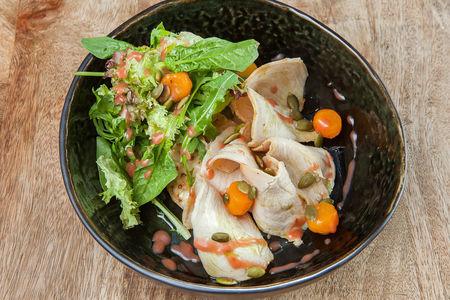 Салат с запечённым цыпленком и грушей