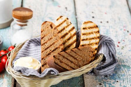 Свежевыпеченный хлеб с маслом