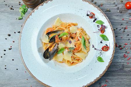 Паста из морепродуктов в сливочно-томатном соусе