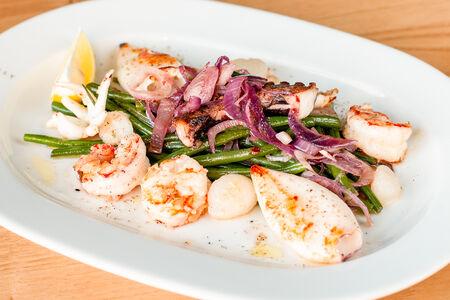 Теплый салат из морепродуктов со стручковой фасолью