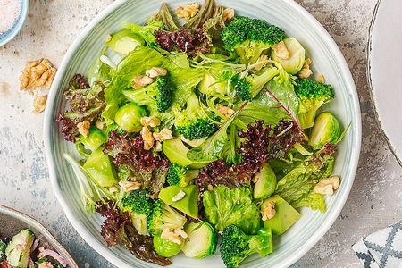 Зеленый салат с брокколи и авокадо