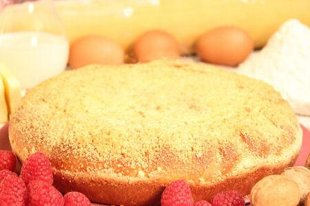 Пирог с орехами и малиной