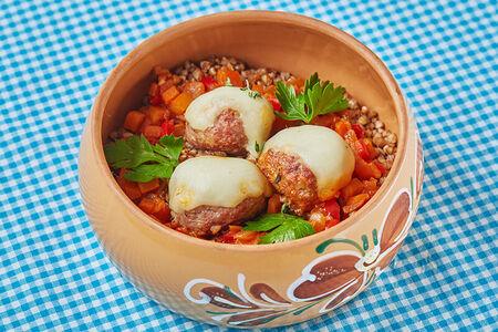 Фрикадельки с гречкой и овощным соусом