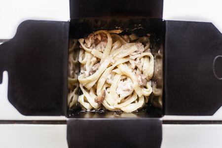 Лапша с курицей в грибном соусе
