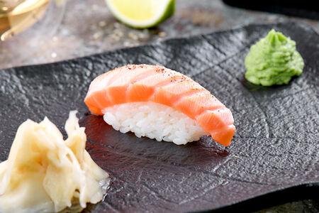 Суши лосось татаки