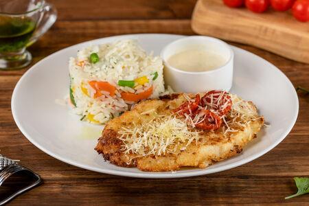 Куриный шницель и рис с овощами по-анжуйски