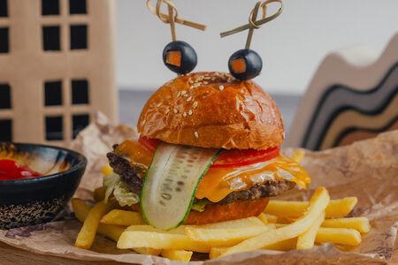 Бургер из говядины с картофелем фри