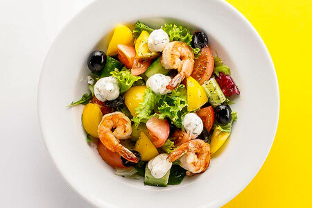 Салат Овощной с креветками и сыром