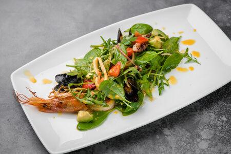 Салат с лангустинами и осьминогом