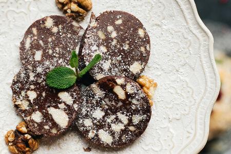 Шоколадная колбаса с грецким орехом