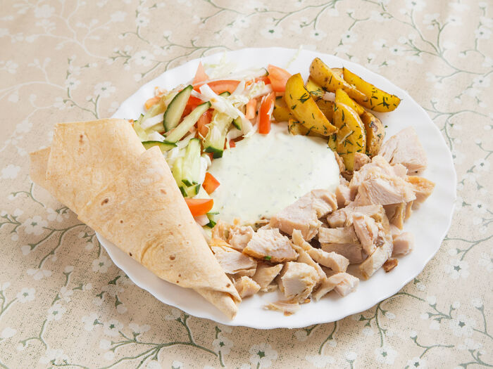 Шаверма с курицей на тарелке