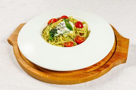 Спагетти со страчателлой и соусом песто