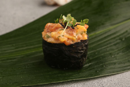 Гункан Острый тунец и манго