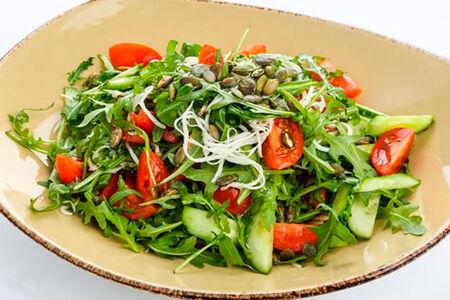Салат из свежих овощей с сыром чечил и тыквеными семечками