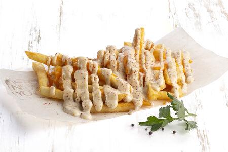 Картофель фри с острым соусом под сыром