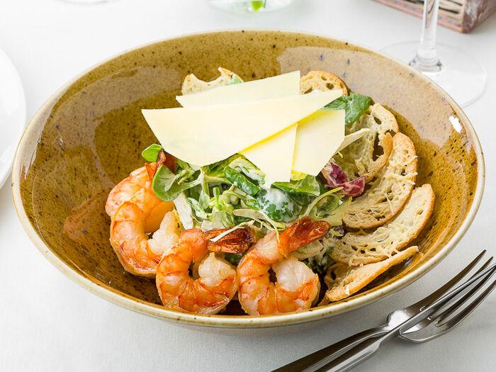 Зеленый салат с тигровыми креветками