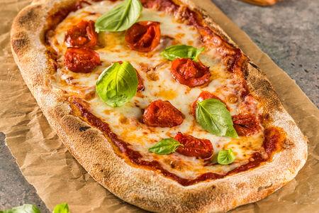 Пицца с моцареллой, запеченными томатами и базиликом