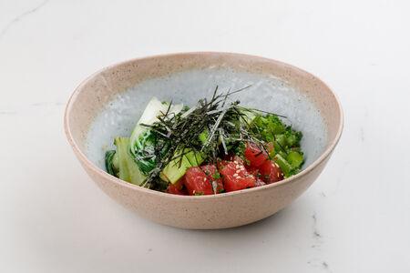 Салат Боул с тунцом, авокадо и соусом понзу