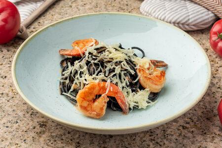 Черные спагетти с магаданскими креветками и сливочным биском