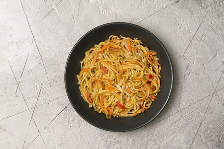 Вок рамен с овощами в карри соусе
