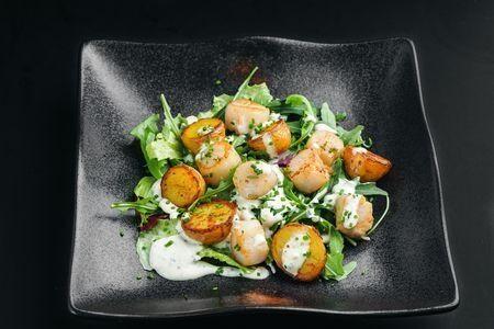 Салат с гребешком со сливочным соусом