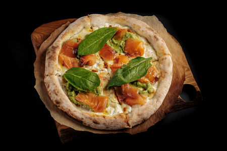 Пицца с лососем гравлакс и гуакамоле