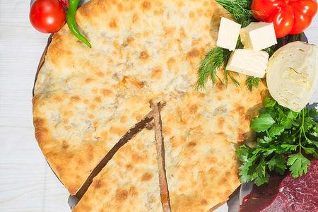 Осетинский пирог с говядиной, капустой и сыром