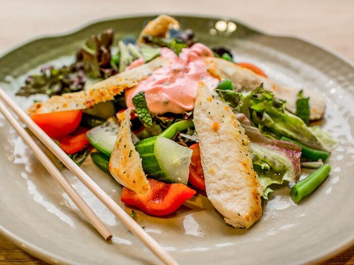 Салат с курицей тандури и йогуртовой заправкой