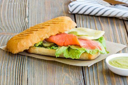 Сэндвич со слабосоленой семгой