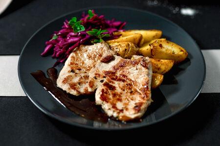 Свиные стейки с картофелем и салатом коул слоу