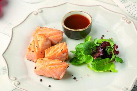 Шашлык из лосося с соусом Сашими