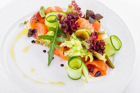Салат с маринованным лососем и сливочным кремом