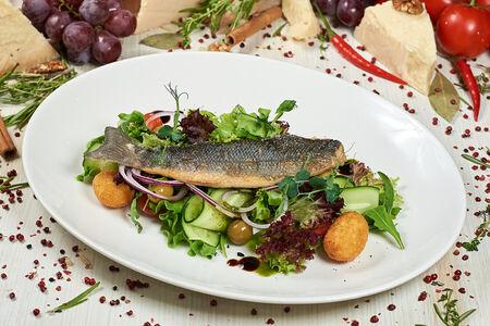 Теплый салат с сибасом и соусом Сальса Верде